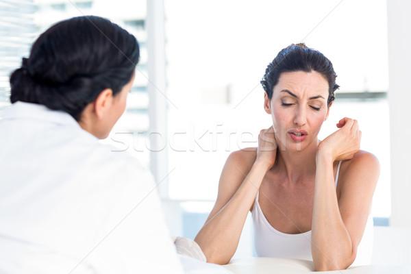 Vrouw tonen nek arts medische kantoor Stockfoto © wavebreak_media
