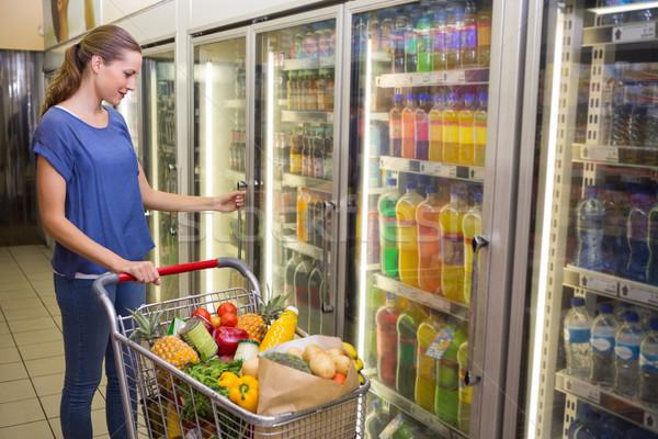 Csinos nő néz kamera elvesz termék hűtőszekrény Stock fotó © wavebreak_media
