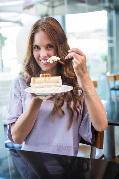 Csinos barna hajú élvezi torta kávéház kávézó Stock fotó © wavebreak_media