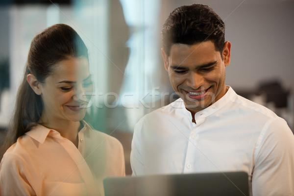 Geschäftsleute mit Laptop Büro lächelnd Computer Frau Stock foto © wavebreak_media