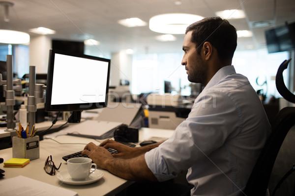 Geschäftsmann arbeiten Büro Seitenansicht Stift Tastatur Stock foto © wavebreak_media