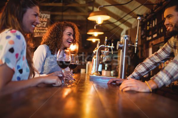 Fiatal nők csapos pult kocsma nő bor Stock fotó © wavebreak_media