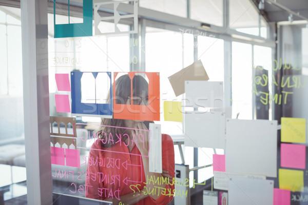 üzletasszony tapadó jegyzetek üveg iroda nő Stock fotó © wavebreak_media
