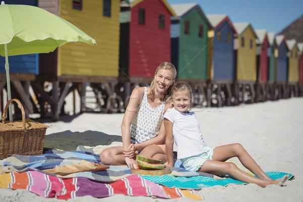 Portré mosolygó nő lánygyermek ül pléd tengerpart Stock fotó © wavebreak_media