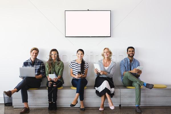 Porträt lächelnd Geschäftsleute Sitzung Sitz Wand Stock foto © wavebreak_media