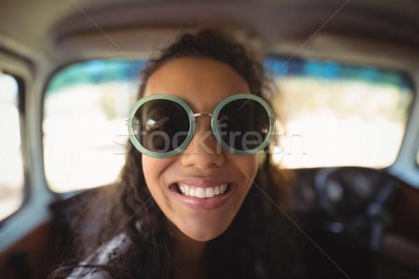 Mosolygó nő furgon mosolyog fiatal nő visel napszemüveg Stock fotó © wavebreak_media