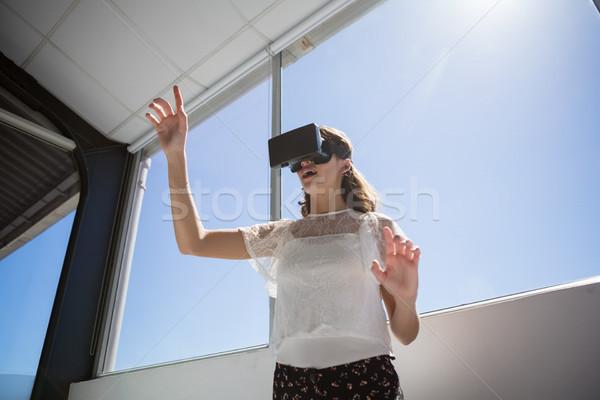 Widoku kobieta interesu faktyczny rzeczywistość okno Zdjęcia stock © wavebreak_media
