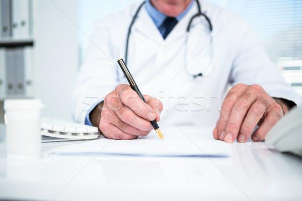 Médecin écrit papier clinique homme médicaux Photo stock © wavebreak_media