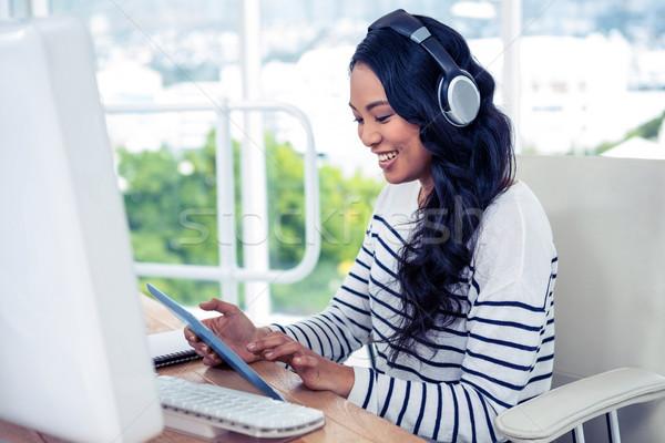 Uśmiechnięty asian kobieta słuchawki tabletka biuro Zdjęcia stock © wavebreak_media
