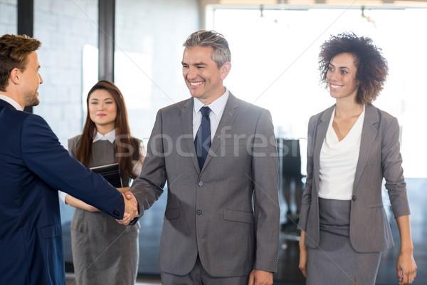Empresario apretón de manos equipo oficina negocios hombre Foto stock © wavebreak_media