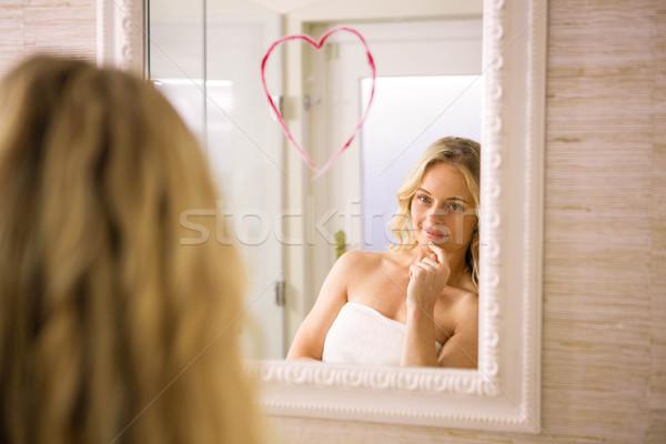 Güzel bakıyor büyük kalp ayna Stok fotoğraf © wavebreak_media