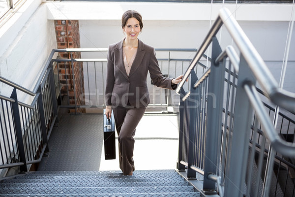 Gyönyörű üzletasszony lépcsőház portré mászik hordoz Stock fotó © wavebreak_media