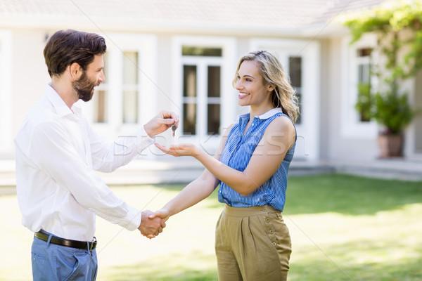 Agente immobiliare tasti donna stringe la mano casa mano Foto d'archivio © wavebreak_media