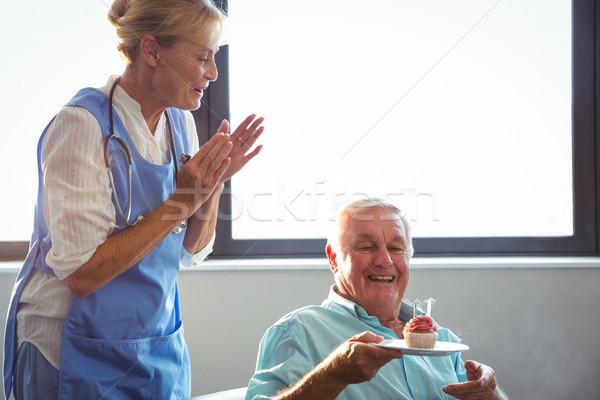 Nővér idős férfi ünnepel születésnap muffin Stock fotó © wavebreak_media