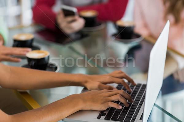 Vrouw met behulp van laptop cafe computer hand restaurant Stockfoto © wavebreak_media