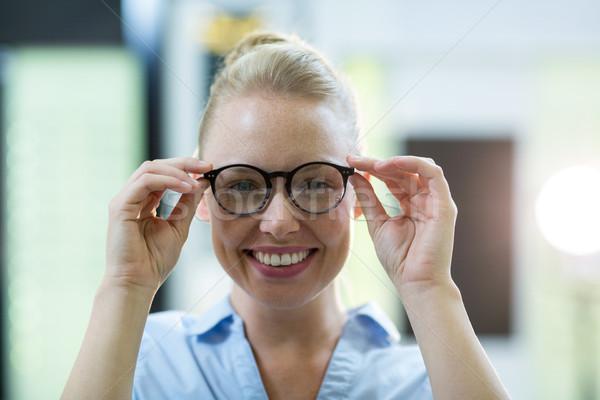 Feminino cliente óculos sorridente ótico Foto stock © wavebreak_media