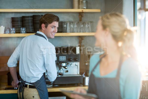 Camarero camarera de trabajo cocina mujer café Foto stock © wavebreak_media