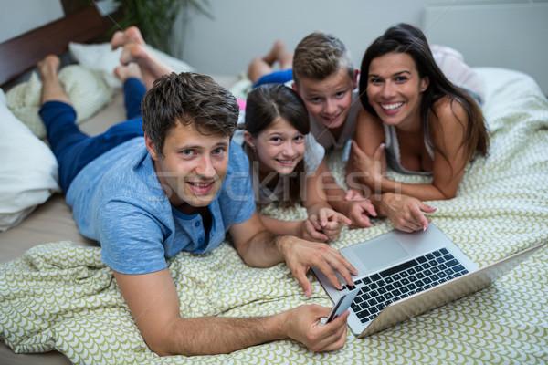 Stok fotoğraf: Aile · online · alışveriş · dizüstü · bilgisayar · yatak · odası · ev · portre