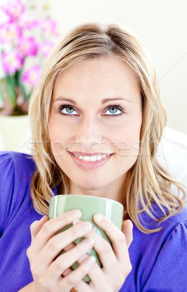 Mujer atractiva café sesión sofá salón Foto stock © wavebreak_media