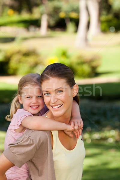 Gyönyörű anya lánygyermek háton mosoly szeretet Stock fotó © wavebreak_media