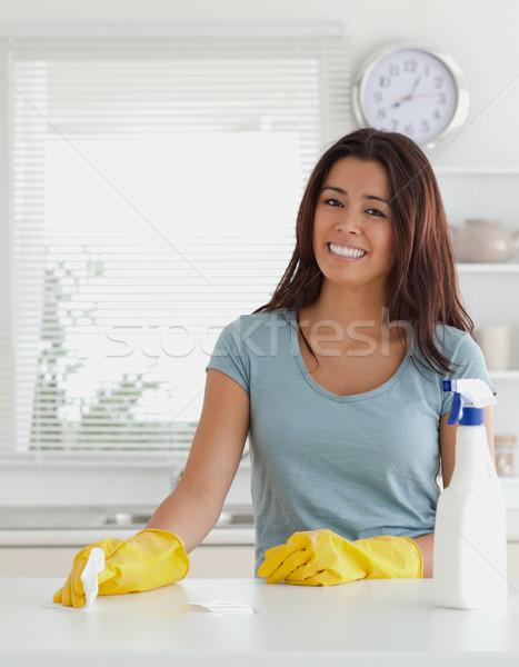 Mulher bonita trabalhos domésticos cozinha flores relógio trabalhar Foto stock © wavebreak_media