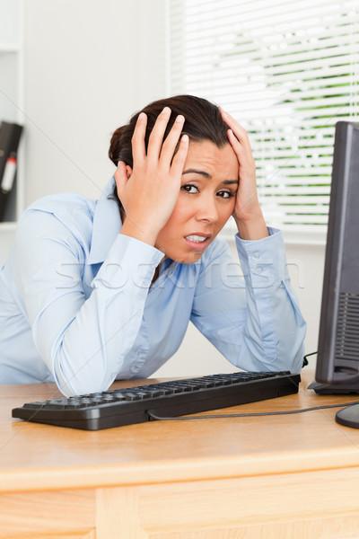 Ziemlich verärgert Frau schauen Bildschirm Sitzung Stock foto © wavebreak_media