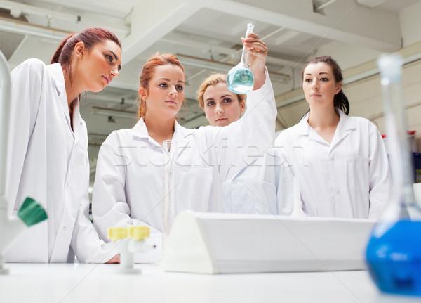 Kimya Öğrenciler bakıyor sıvı laboratuvar kadın Stok fotoğraf © wavebreak_media