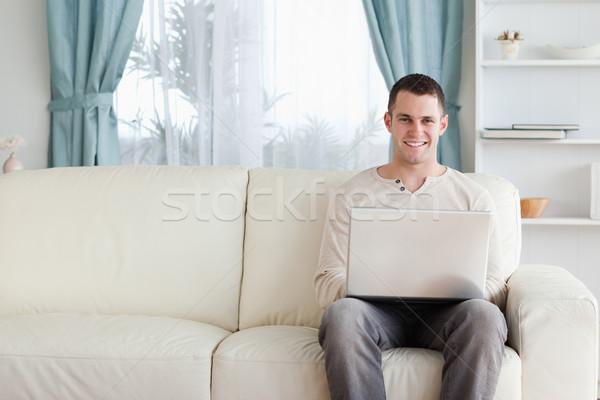Stok fotoğraf: Adam · dizüstü · bilgisayar · kullanıyorsanız · oturma · kanepe · oturma · odası · bilgisayar