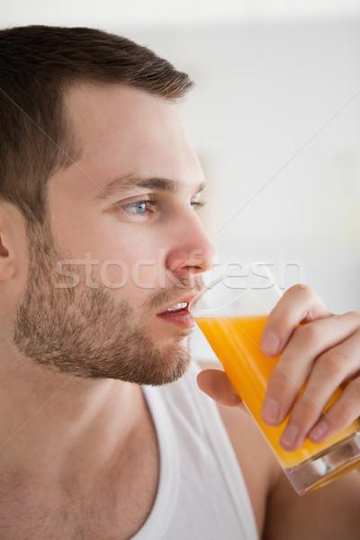 Jonge man drinken sinaasappelsap keuken vruchten Stockfoto © wavebreak_media