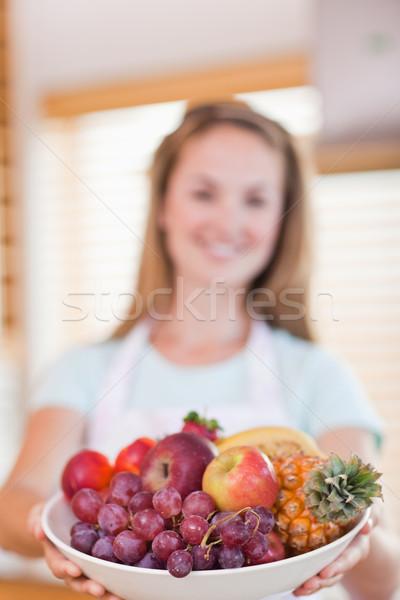 Retrato mulher jovem fruto cesta câmera Foto stock © wavebreak_media