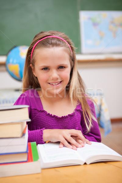 Ritratto giovani studentessa lettura libro classe Foto d'archivio © wavebreak_media