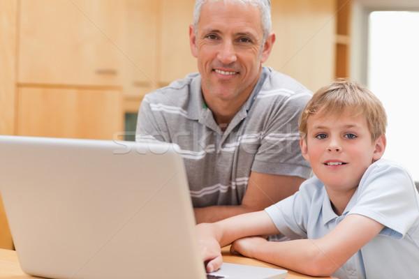 Baba dizüstü bilgisayar kullanıyorsanız mutfak Internet dizüstü bilgisayar Stok fotoğraf © wavebreak_media
