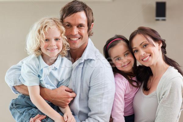 Familie poseren samen naar camera huis Stockfoto © wavebreak_media