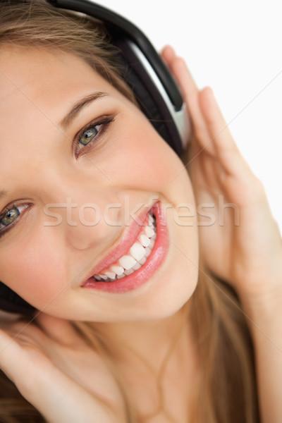 Beauté écouter de la musique blanche souriant permanent Photo stock © wavebreak_media