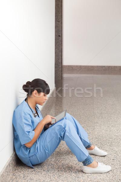 Pielęgniarki tabletka korytarz piętrze kobiet Zdjęcia stock © wavebreak_media