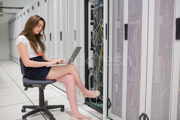 Kadın çalışma sunucular dizüstü bilgisayar veri merkezi inşaat Stok fotoğraf © wavebreak_media