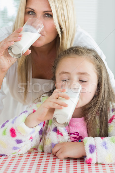 Moeder meisje drinken melk keuken ontbijt Stockfoto © wavebreak_media