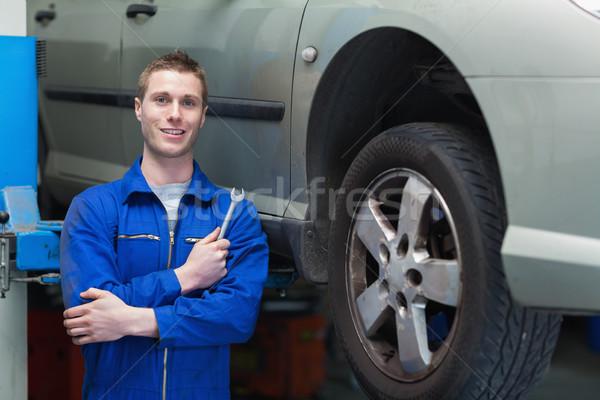 Mężczyzna mechanik stałego samochodu portret klucz Zdjęcia stock © wavebreak_media