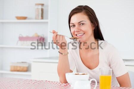 Vrouw eten granen praten telefoon gelukkig Stockfoto © wavebreak_media