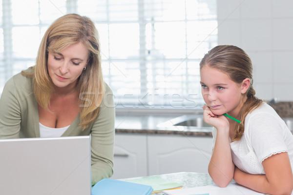 Anne dizüstü bilgisayar kullanıyorsanız kız ödev ev mutfak Stok fotoğraf © wavebreak_media