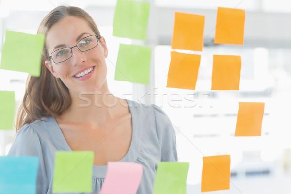 Kobiet artysty patrząc kolorowy karteczki zagęszczony Zdjęcia stock © wavebreak_media