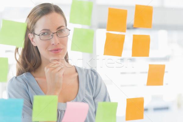 Koncentrált művész néz színes cetlik női Stock fotó © wavebreak_media
