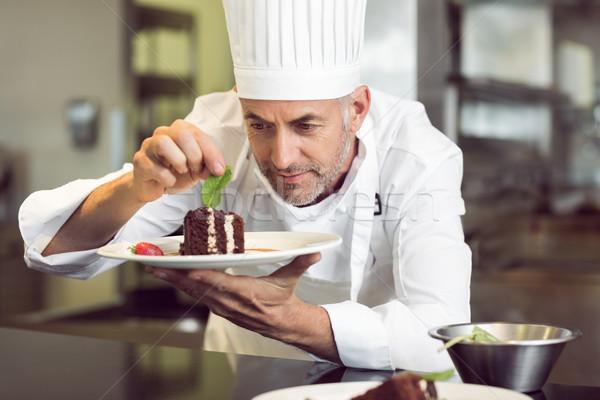 Concentrato maschio chef dessert cucina Foto d'archivio © wavebreak_media