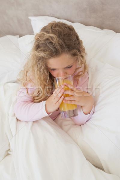 Magasról fotózva kilátás lány iszik narancslé ágy Stock fotó © wavebreak_media