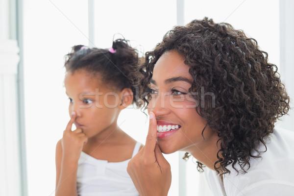 Csinos anya arckrém lánygyermek otthon fürdőszoba Stock fotó © wavebreak_media