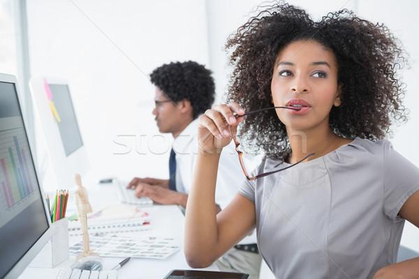 Fiatal szerkesztő gondolkodik asztal kreatív iroda Stock fotó © wavebreak_media