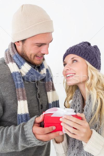 Atrakcyjny para ciepłe ubrania dar Zdjęcia stock © wavebreak_media