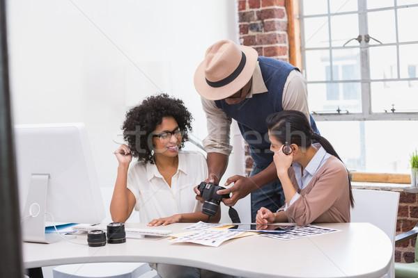 Koncentrált lezser fotó munka iroda nő Stock fotó © wavebreak_media