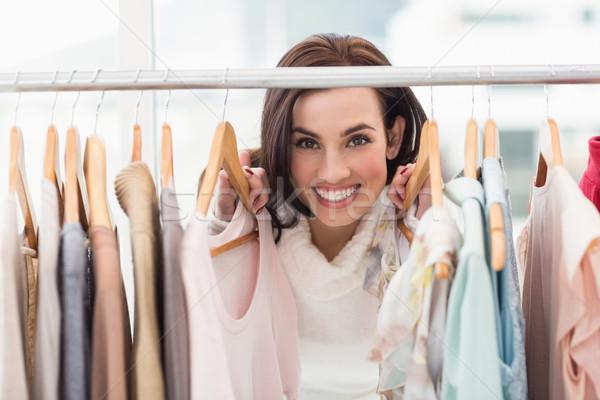 Szépség barna hajú mosolyog kamera ruházat sín Stock fotó © wavebreak_media