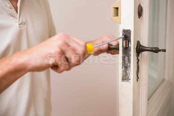 Férfi megjavít ajtó fogantyú csavarhúzó új ház Stock fotó © wavebreak_media